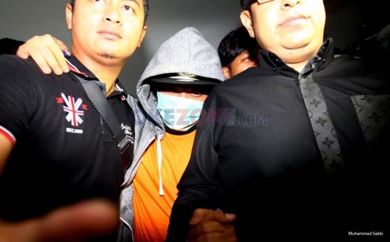 Tutupi Wajah dengan Masker, Iwa K Jalani Pemeriksaan di BNN