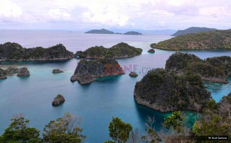 Dari Bukit Ini Wisatawan Bisa Nikmati Pesona Batu Karang Pianemo Raja Ampat yang Menakjubkan
