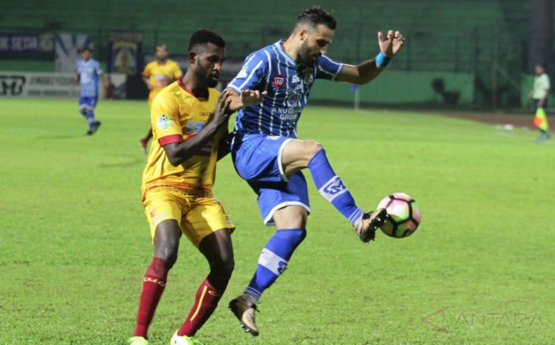 Pesepakbola Persiba Balikpapan, Marlon Da Silva (kanan) berusaha mempertahankan bola dari hadangan pesepakbola Sriwijaya FC, Rudolof Yanto Basna (kiri) dalam pertandingan Liga I di Stadion Gajayana, Malang, Jatim, Selasa (9/5/2017). Sriwijaya FC menang 2-0 atas Persiba Balikpapan. ANTARA FOTO/Ari Bowo Sucipto/nz/17.