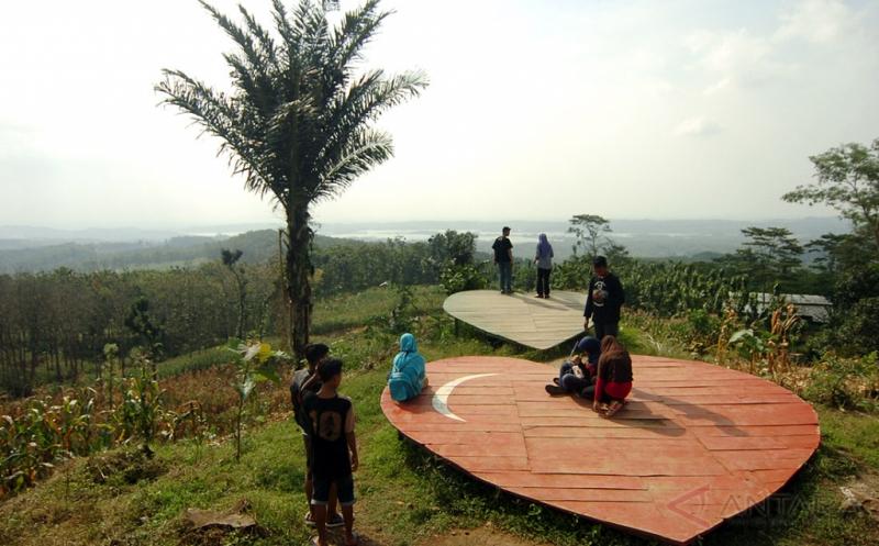 Tempat Bersantai Berbentuk Cinta di Obyek Wisata Wrayan View Tegal