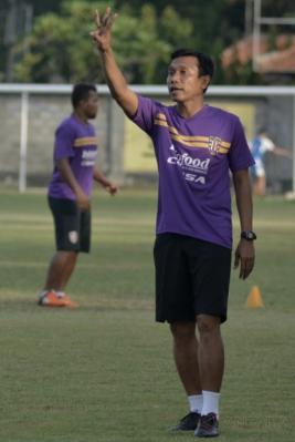 Pelatih Widodo Cahyono Putro (kanan) memimpin latihan tim Bali United di Lapangan Trisakti, Legian, Bali, Jumat (12/5/2017). Bali United resmi menunjuk Widodo C. Putro sebagai pelatih baru menggantikan Hans Peter Schaller.