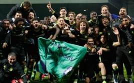 Pemain Chelsea merayakan kemenangan mereka atas West Bromwich Albion sekaligus mengukuhkan mereka sebagai juara Liga Inggris musim 2016/2017. (Reuters/Carl Recine)