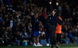 Pelatih Chelsea Antonio Conte merayakan kemenangan Chelsea atas West Bromwich Albion sekaligus mengukuhkan mereka sebagai juara Liga Inggris musim 2016/2017. (Reuters/Dylan Martinez)