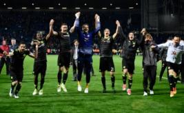 Pemain Chelsea merayakan kemenangan mereka atas West Bromwich Albion sekaligus mengukuhkan mereka sebagai juara Liga Inggris musim 2016/2017. (Reuters/Dylan Martinez)