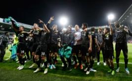 Pemain Chelsea merayakan kemenangan mereka atas West Bromwich Albion sekaligus mengukuhkan mereka sebagai juara Liga Inggris musim 2016/2017. (Reuters/Carl Recine Livepic)