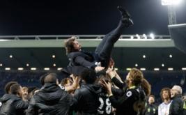 Pemain Chelsea mengangkat pelatih Antonio Conte saat merayakan kemenangan Chelsea atas West Bromwich Albion sekaligus mengukuhkan mereka sebagai juara Liga Inggris musim 2016/2017. (Reuters/Carl Recine)