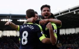 Selebrasi Olivier Giroud bersama timnya usai mencetak gol keempat bagi Arsenal pada pertandingan Stoke City vs Arsenal di Stadion bet365, Inggris (13/5/2017) waktu setempat. Menang telak 4-1 dari Stoke City membuat kans mereka berpeluang finis di zona Liga Champions. Reuters / Stefan Wermuth