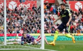 Oliver Giroud saat mencetak gol pertama bagi Arsenal pada pertandingan Stoke City vs Arsenal di Stadion bet365, Inggris (13/5/2017) waktu setempat. Menang telak 4-1 dari Stoke City membuat kans mereka berpeluang finis di zona Liga Champions. Reuters / Carl Recine