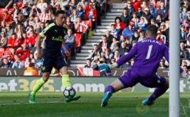 Mesut Ozil saat mencetak gol kedua bagi Arsenal pada pertandingan Stoke City vs Arsenal di Stadion bet365, Inggris (13/5/2017) waktu setempat. Menang telak 4-1 dari Stoke City membuat kans mereka berpeluang finis di zona Liga Champions. Reuters / Stefan Wermuth