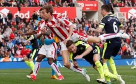 Peman Stoke City Peter Crouch mencetak gol balasan pertamanya pada pertandingan Stoke City vs Arsenal di Stadion bet365, Inggris (13/5/2017) waktu setempat. Menang telak 4-1 dari Stoke City membuat kans mereka berpeluang finis di zona Liga Champions. Reuters / Carl Recine