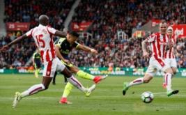 Alexis Sanchez mencetak gol ketiga bagi Arsenal pada pertandingan Stoke City vs Arsenal di Stadion bet365, Inggris (13/5/2017) waktu setempat. Menang telak 4-1 dari Stoke City membuat kans mereka berpeluang finis di zona Liga Champions. Reuters / Stefan Wermuth