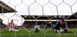Olivier Giroud mencetak gol keempat bagi Arsenal pada pertandingan Stoke City vs Arsenal di Stadion bet365, Inggris (13/5/2017) waktu setempat. Menang telak 4-1 dari Stoke City membuat kans mereka berpeluang finis di zona Liga Champions. Reuters / Stefan Wermuth
