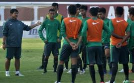 Pelatih Timnas U-19, Indra Sjafri (kiri) memberi instruksi saat memimpin latihan di Stadion Kapten Wayan Dipta, Gianyar, Bali, Selasa (16/5/2017). Tim Nasional U-19 melakukan pemusatan latihan dan menggelar pertandingan uji coba di Bali hingga 20 Mei jelang mengikuti Turnamen Toulon di Prancis.