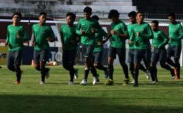 Sejumlah pesepakbola Timnas U-19 mengikuti sesi latihan di Stadion Kapten Wayan Dipta, Gianyar, Bali, Selasa Selasa (16/5/2017). Tim Nasional U-19 melakukan pemusatan latihan dan menggelar pertandingan uji coba di Bali hingga 20 Mei jelang mengikuti Turnamen Toulon di Prancis.