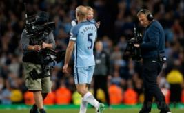 Pablo Zabaleta menggendong anaknya usai Manchester City melumat West Bromwich Albion 3-1 di Etihad Stadium, Rabu (17/5/2017) dini hari WIB. Laga tersebut merupakan partai kandang pamungkasnya bersama Manchester City. (Reuters/Andrew Yates)