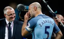 Pablo Zabaleta usai Manchester City melumat West Bromwich Albion 3-1 di Etihad Stadium, Rabu (17/5/2017) dini hari WIB. Laga tersebut merupakan partai kandang pamungkasnya bersama Manchester City. (Reuters/Andrew Yates)