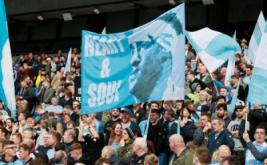 Suporter Manchester City membentangkan spanduk bergambar Pablo Zabaleta. (Reuters/Jason Cairnduff)
