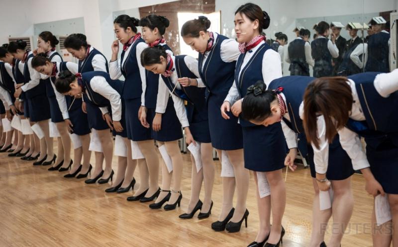 Begini Praktik Postur Berdiri Calon Pramugari di China