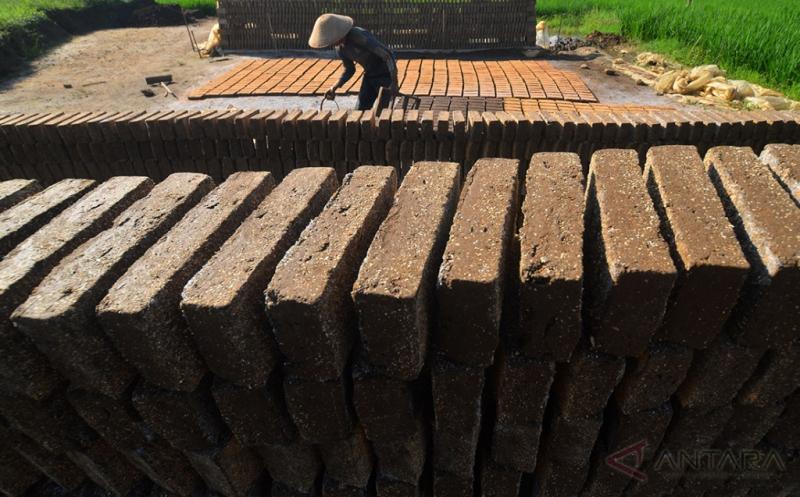 Produksi Batu Bata Tradisional di Ciamis Terkendala Cuaca