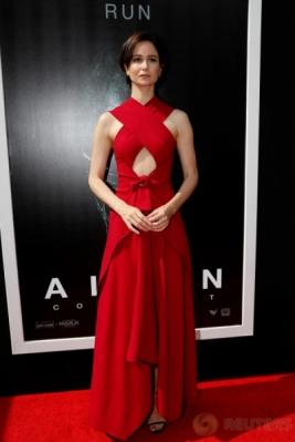 Katherine Waterston Tampil Cantik dengan Gaun Merah