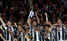 Pemain Juventus mengangkat trofi Coppa Italia di Olympic Stadium, Roma, Italia. Juventus keluar sebagai juara Coppa Italia usai membungkam Lazio lewat skor 2-0. (Reuters/Stefano Rellandini)
