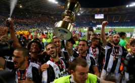 Pemain Juventus mengangkat trofi Coppa Italia di Olympic Stadium, Roma, Italia. Juventus keluar sebagai juara Coppa Italia usai membungkam Lazio lewat skor 2-0. (Reuters/Alessandro Bianchi)