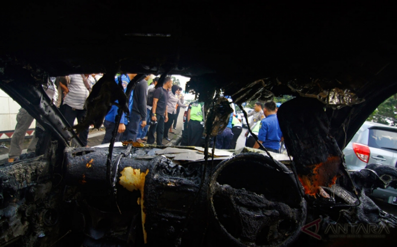 Satu unit mobil Hyundai bernomor polisi BE 1389 BK yang terbakar berada di pinggir Jalan ZA Pagar Alam Rajabasa Bandar Lampung, Lampung, Kamis (18/5/2017). Pemilik mobil menyatakan mobilnya sempat mogok dan kemudian ada ledakan sebelum timbul percikan api berasal dari mesin mobil, tidak ada korban jiwa dalam peristiwa tersebut.