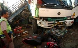 Petugas mengidentifikasi kontainer yang menabrak pedagang dan kendaraan di jalur Pantura, Pasar Induk Brebes, Jawa Tengah, Kamis (18/5/2017). Tabrakan beruntun kontainer bermuatan peti kemas dengan satu mobl bak, dua becak, satu unit sepeda motor dan tiga lapak pedagang sayur tersebut diduga akibat sopir mengantuk sehingga mengakibatkan satu orang tewas dan dua kritis.