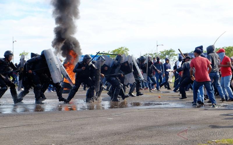 Personel kepolisian memaksa mundur konsentrasi massa pada simulasi pengamanan Pemilihan Kepala Daerah (Pilkada) serentak di Makassar, Sulawesi Selatan, Kamis (18/5/2017). Simulasi tersebut untuk mengantisipasi terjadinya konflik yang terjadi pada Pilkada serentak yang akan diikuti 12 Kabupaten/Kota di Sulawesi Selatan pada 2018 mendatang.