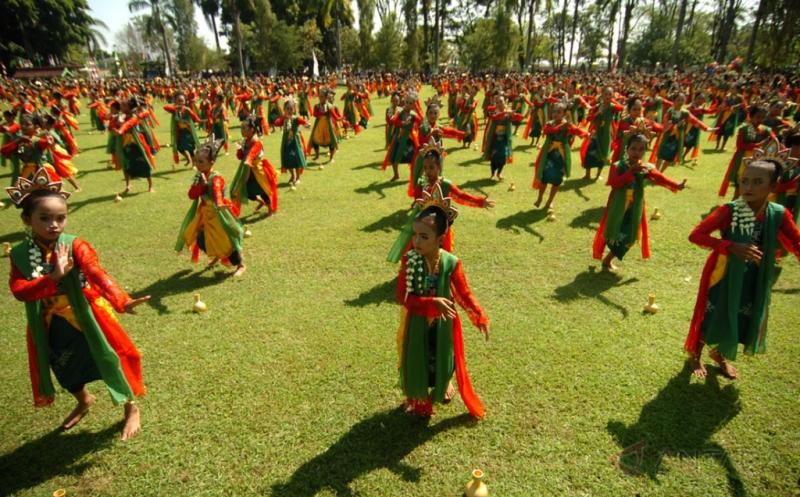 Penari mementaskan tarian Guci di Lapangan Pemerintah Kabupaten Tegal, Jawa Tengah, Kamis (18/5/2016). Pentas tari itu diikuti 1.416 siswi PAUD, TK dan SD untuk memeriahkan HUT ke-416 Kabupaten Tegal.
