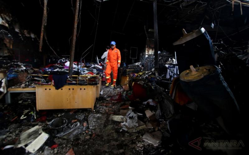 Petugas pemadam kebakaran memeriksa bangunan yang terbakar usai dipadamkan di Ramayana Pasar Minggu, Jakarta, Kamis (18/5/2017). Sebanyak 23 mobil pemadam kebakaran dikerahkan untuk memadamkan api yang diduga karena korsleting listrik.