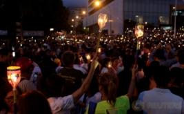 Warga membawa lilin yang menyala saat aksi unjuk rasa di Caragas, Venezuela, Rabu (17/5/2017) waktu setempat. Aksi tersebut mendesak Presiden Nicolas Maduro mundur terkait krisis besar besar-besaran yang melanda Venezuela. (REUTERS/Marco Bello)