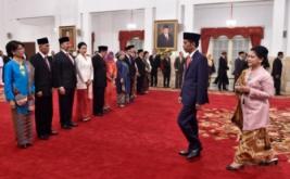 Presiden Joko Widodo (kedua kanan) bersama Ibu Negara Iriana Joko Widodo (kanan) bersiap memberikan ucapan selamat kepada Duta Besar Indonesia untuk negara sahabat usai pelantikan di Istana Negara, Jakarta, Kamis (18/5/2017). Presiden melantik enam Duta Besar Luar Biasa Berkuasa Penuh (LBBP) Indonesia untuk negara sahabat, diantaranya Dubes RI untuk Yunani Ferry Adamhar, Dubes RI untuk India merangkap Bhutan Arto Suyodipuro, Dubes RI untuk Bangladesh merangkap Nepal Rina Soemarno, Dubes RI untuk Slovakia Wieke Adiwoso, Dubes RI untuk Tanzania merangkap Rwanda-Burundi Radar Pardede, dan Dubes RI untuk Malaysia Rusdi Kirana.