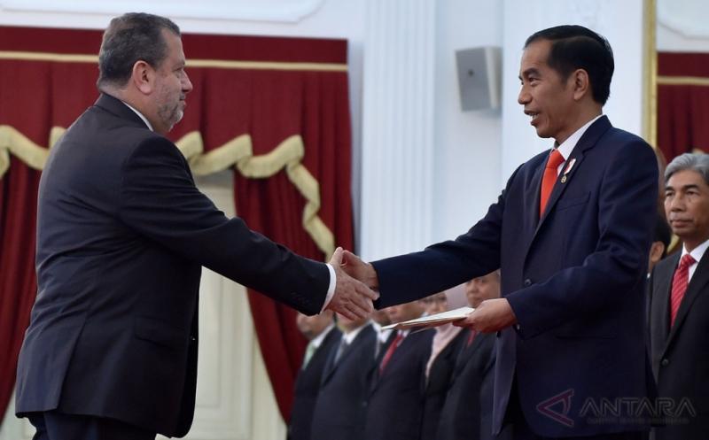 Presiden Joko Widodo (kedua kanan) menerima surat kepercayaan Duta Besar Luar Biasa dan Berkuasa Penuh (LBBP) dari Duta Besar Republik Ekuador Fabian Valdivieso Egueguren (kiri) di Istana Merdeka, Jakarta, Kamis (18/5/2017). Presiden menerima lima Duta Besar LBBP negara sahabat untuk Republik Indonesia yaitu Dubes Thailand Pitchayaphant Chambumido, Dubes Spanyol Jose Maria Matres Manso, Dubes Ekuador Fabian Valdivieso, Dubes Jepang Masafumi Ishii, dan Dubes Trinidad dan Tobago Dave Chandalai Persad.