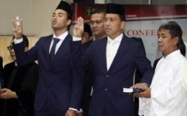 Striker Tim Nasional Indonesia Ezra Harm Ruud Walian (kiri) bersama ayahnya, Glenn Walian (kedua kanan), menjalani pengambilan sumpah menjadi Warga Negara Indonesia (WNI) di Kantor Wilayah Kementerian Hukum dan HAM, Cawang, Jakarta Timur, Kamis (18/5/2017). Setelah resmi menjadi WNI, Ezra dijadwalkan bergabung dengan timnas U-22 untuk mengikuti training camp (TC) di Bali pada 22-28 Mei 2017.