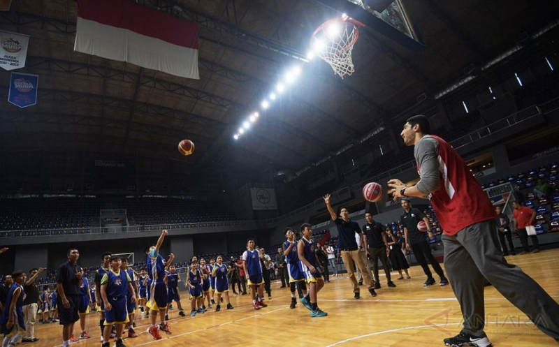 Pebasket NBA dari tim Oklahoma City Thunder Enes Kanter (kanan) memberikan pelatihan bagi anak-anak di Britama Arena, Jakarta, Kamis (18/5/2017). Kehadiran Enes di Indonesia tersebut merupakan bagian dari kegiatan misi kemanusiaan untuk membantu perkembangan anak-anak di seluruh dunia melalui pendidikan, pengentasan kemiskinan, dan keharmonisan sosial.