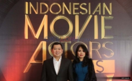 Chairman & CEO MNC Group Hary Tanoesoedibjo bersama isteri Liliana Tanoesoedibjo saat berada di red carpet malam penghargaan Indonesian Movie Actor Awards (IMAA) 2017 di Gedung MNC News Center, Jakarta, Kamis (18/5/2017).