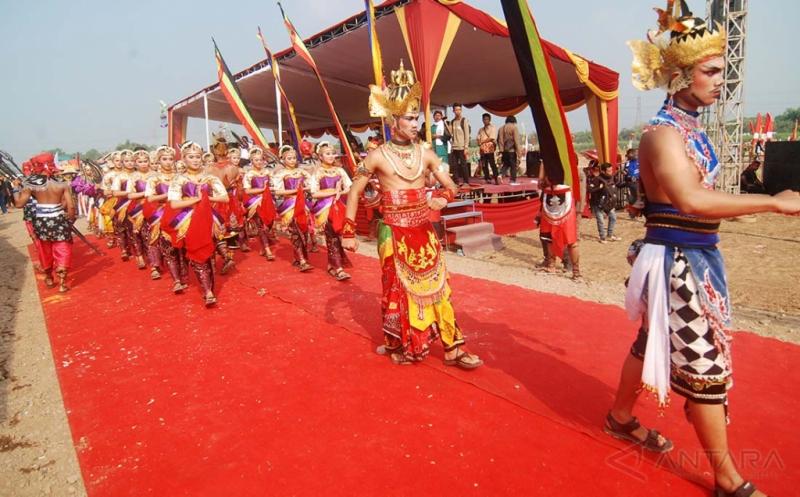 Sejumlah penari menampilkan tari kolosal saat kirab budaya di Lapangan Trowulan, Mojokerto, Jawa Timur, Minggu (14/5/2017). Kirab budaya tersebut dalam rangka peringatan hari jadi ke-724 Kabupaten Mojokerto. ANTARA FOTO/Syaiful Arif/kye/17