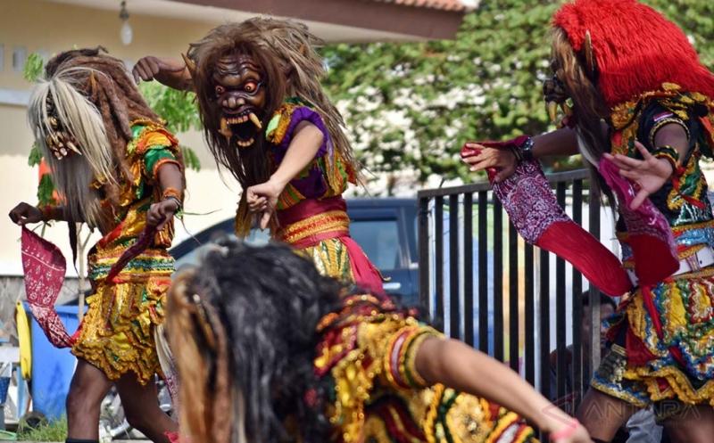 Sejumlah seniman menampilkan kesenian Tari Rampak Gejruk Buto di Ungaran, Kabupaten Semarang, Jawa Tengah, Kamis (18/5/2017). Tari Rampak Gedruk Buto yang merupakan salah satu babak dari kesenian Jathilan tersebut saat ini masih bertahan dan berkembang di sejumlah daerah di Jawa Tengah dan DI Yogyakarta.