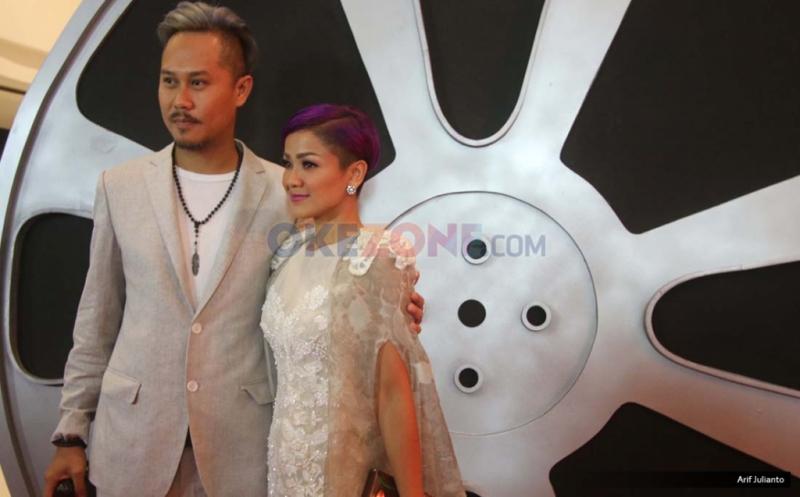 Artis Nirina Zubir bersama suami Ernest saat berada di red carpet Indonesian Movie Actors Awards (IMAA) 2017 di MNC News Center, Jakarta, Kamis (18/5/2017).