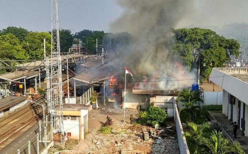 Kebakaran terjadi di Stasiun Klender, Jatinegara, Jakarta Timur, Jumat (19/5/2017). Sebanyak sembilan unit mobil pemadam kebakaran dikerahkan ke lokasi untuk memadamkan api.