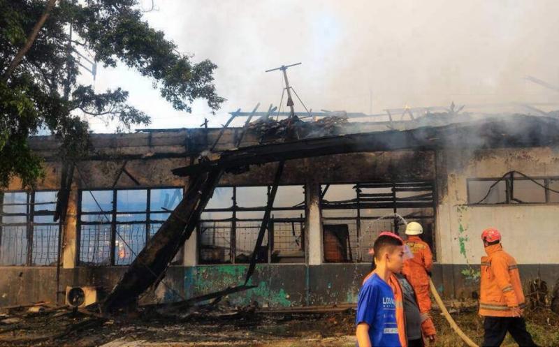 Petugas pemadam kebakaran memadamkan api dalam kebakaran yang terjadi di Stasiun Klender, Jatinegara, Jakarta Timur, Jumat (19/5/2017). Sebanyak sembilan unit mobil pemadam kebakaran dikerahkan ke lokasi untuk memadamkan api.
