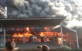 Kebakaran saat terjadi di Stasiun Klender, Jatinegara, Jakarta Timur, Jumat (19/5/2017). Sebanyak sembilan unit mobil pemadam kebakaran dikerahkan ke lokasi untuk memadamkan api.