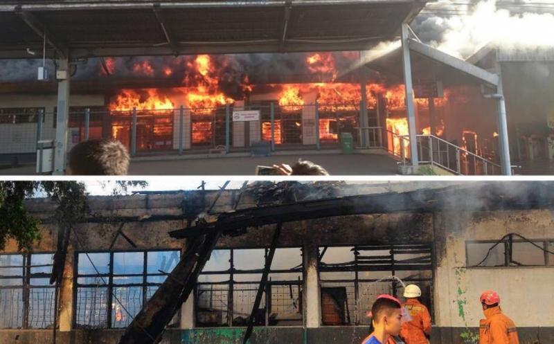 Kebakaran saat terjadi di Stasiun Klender (foto atas), petugas pemadam kebakaran memadamkan api di Stasiun Klender (foto bawah). Sebanyak sembilan unit mobil pemadam kebakaran dikerahkan ke lokasi untuk memadamkan api.
