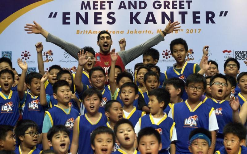 Pebasket NBA dari tim Oklahoma City Thunder Enes Kanter (tengah) berfoto bersama anak-anak peserta pelatihan di Britama Arena, Jakarta, Kamis (18/5/2017). Kehadiran Enes di Indonesia tersebut merupakan bagian dari kegiatan misi kemanusiaan untuk membantu perkembangan anak-anak di seluruh dunia melalui pendidikan, pengentasan kemiskinan, dan keharmonisan sosial.
