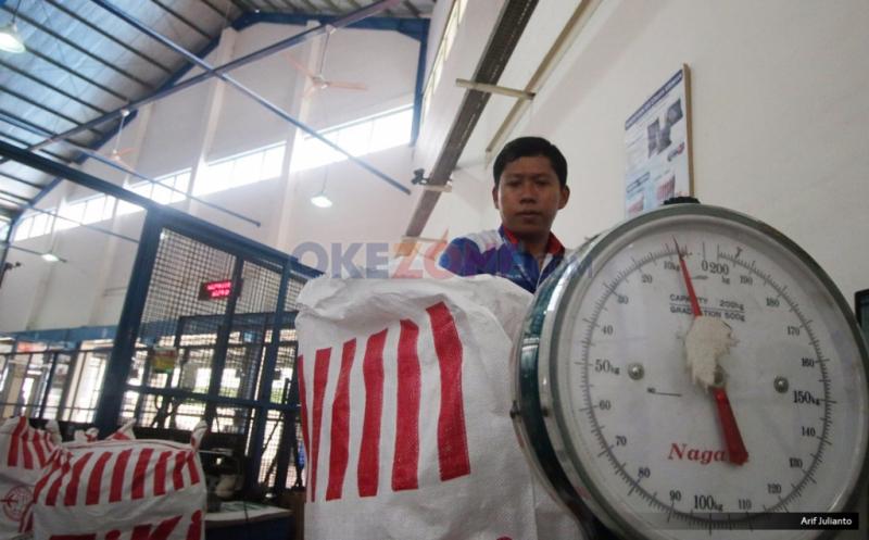 """Pekerja menimbang paket barang sesuai daerah yang akan dikirim melalui udara di gudang logistik kawasan Bandara Soekarno-Hatta, Tangerang, Banten, Kamis (18/5/2017). Menurut asosiasi pelaku jasa kurir dan logistik, pengiriman logistik di musim Ramadan dan Lebaran 2017 akan mengalami peningkatan hingga lima puluh persen dibanding tahun sebelumnya, seiring meningkatnya transaksi belanja """"online"""" atau """"e-commerce."""""""