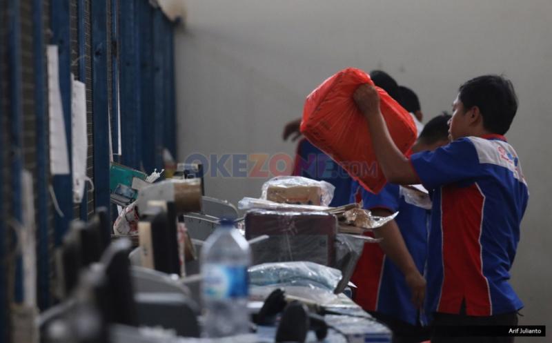"""Pekerja memilah paket barang sesuai daerah yang akan dikirim melalui udara di gudang logistik kawasan Bandara Soekarno-Hatta, Tangerang, Banten, Kamis (18/5/2017). Menurut asosiasi pelaku jasa kurir dan logistik, pengiriman logistik di musim Ramadan dan Lebaran 2017 akan mengalami peningkatan hingga lima puluh persen dibanding tahun sebelumnya, seiring meningkatnya transaksi belanja """"online"""" atau """"e-commerce."""""""