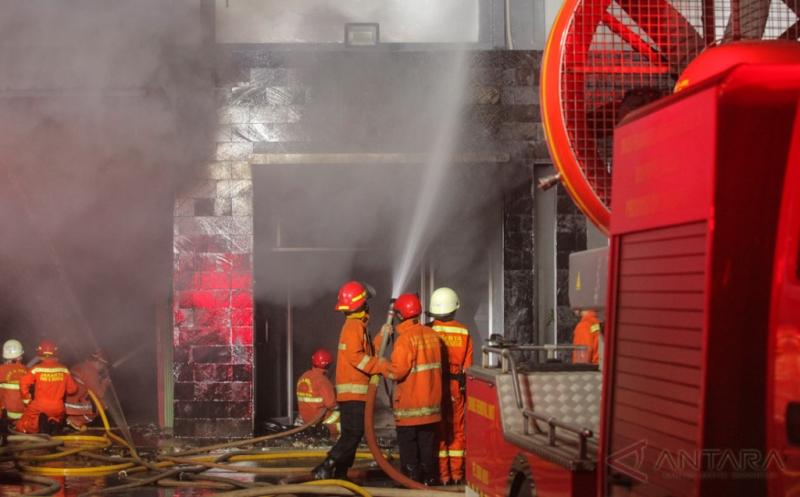25 Mobil Damkar Padamkan Kebakaran Gedung dan Gudang Rokok di Jakarta