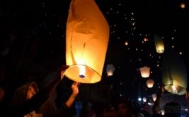 Warga bersiap menerbangkan lampion dalam Festival Banjir Kanal Barat (BKB) 2017 di Semarang, Jawa Tengah, Kamis (18/5/2017) malam. Sebanyak 4.700 lampion diterbangkan serentak dalam acara yang juga untuk memeriahkan hari ulang tahun (HUT) ke-470 Kota Semarang.