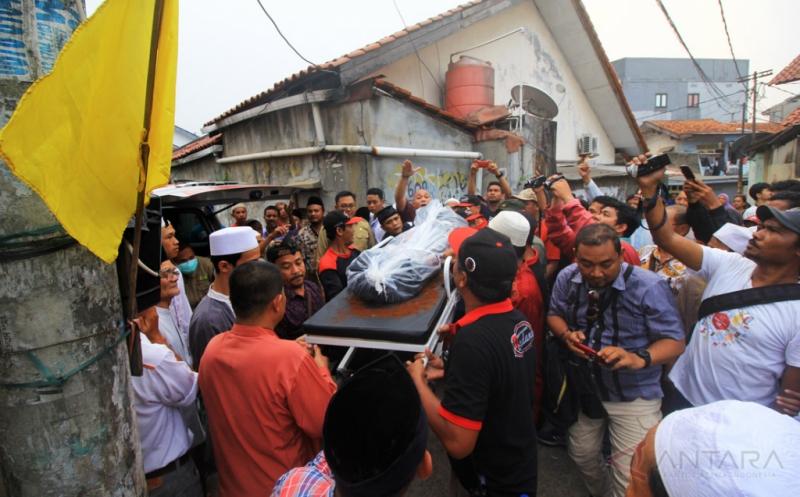 Keluarga dan kerabat membawa jenazah Wisnu Dwi Erlangga, siswa MTs Hidayatullah yang tenggelam di Pantai Ranca Buaya, Garut, saat akan dimakamkan di TPU Kober, Pondok Cina, Depok, Jawa Barat, Kamis (18/5/2017). Wisnu merupakan salah satu dari empat siswa yang berhasil ditemukan dalam keadaan tewas akibat terseret ombak di Pantai Ranca Buaya, Garut, Jawa Barat, sementara satu siswa masih dalam pencarian Tim SAR dan Pol Air Kabupaten Garut.